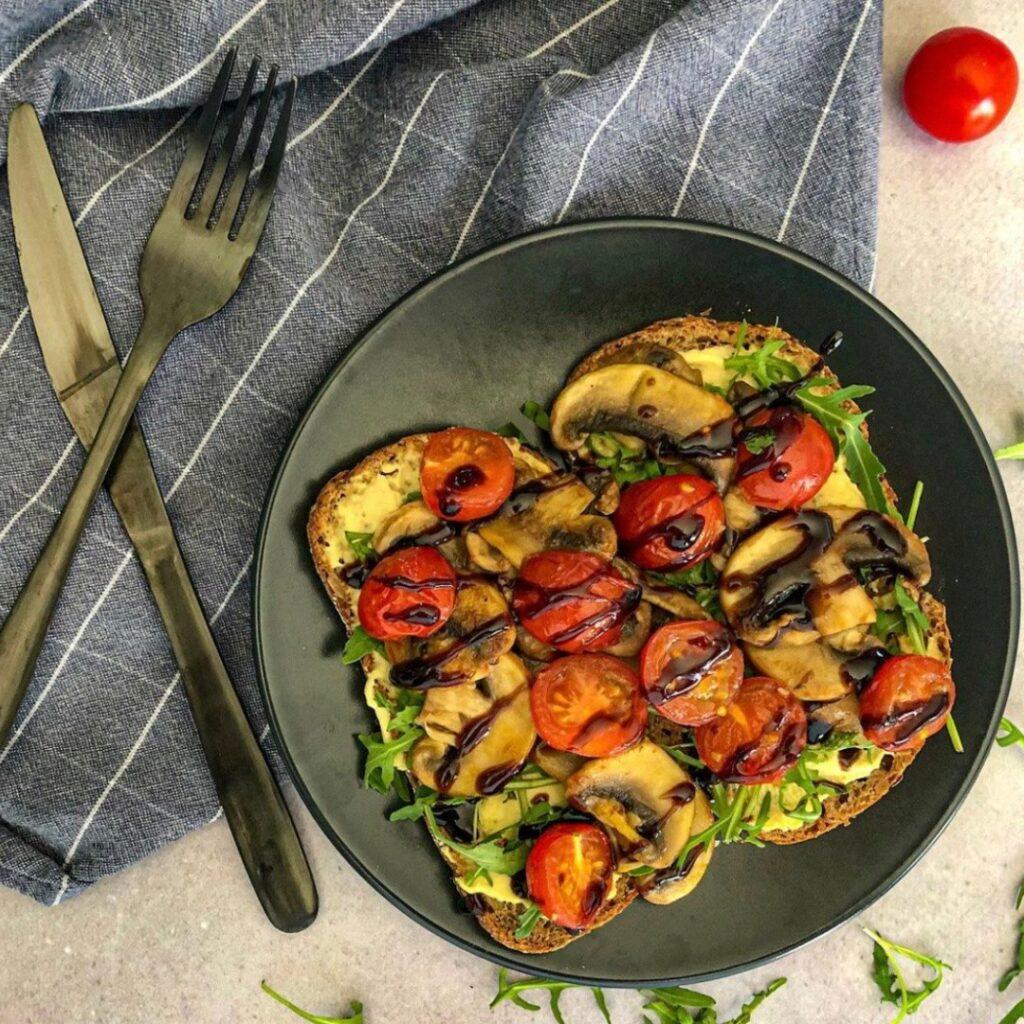 glutenvrij brood tomaat champignon